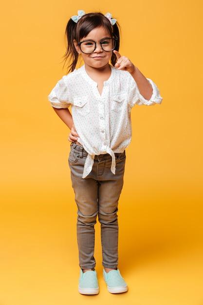 Rozochocony Małej Dziewczynki Dziecko Jest Ubranym Szkła Wskazuje Ty. Darmowe Zdjęcia
