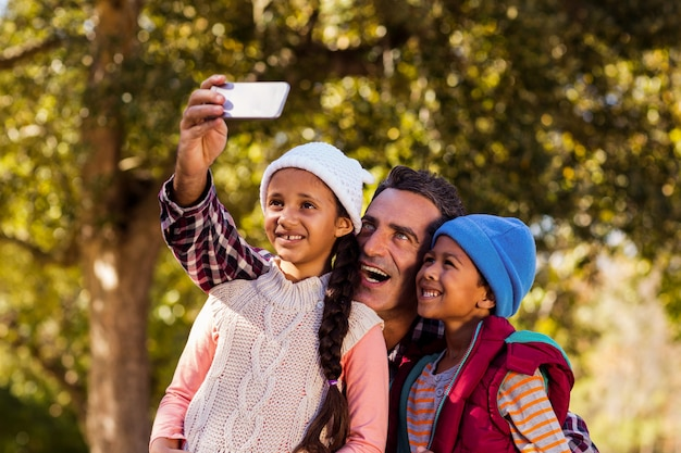 Rozochocony Ojciec Bierze Selfie Z Dziećmi Premium Zdjęcia