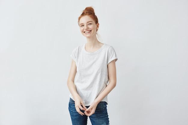 Rozochocony Piękny Rudzielec Kobiety Ono Uśmiecha Się. Biały. Darmowe Zdjęcia