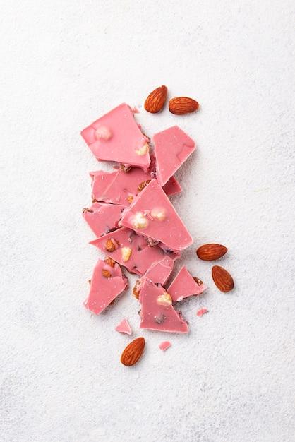 Różowa Lub Rubinowa Czekolada, Modne Jedzenie Premium Zdjęcia
