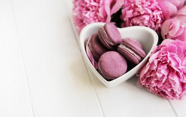 Różowa Piwonia Kwitnie Z Macarons Premium Zdjęcia