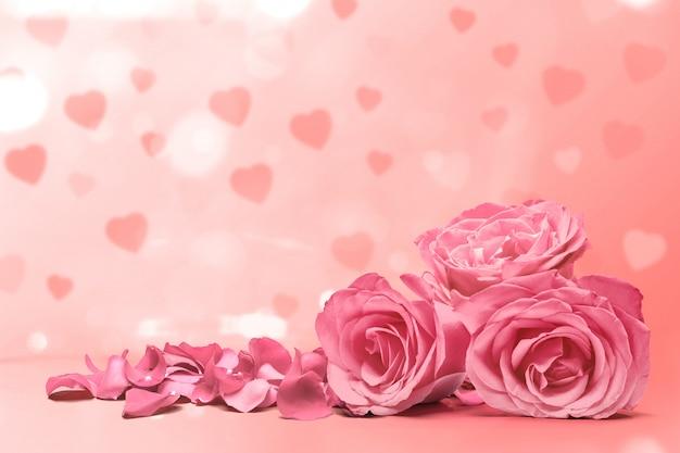 Różowa Róża I Płatki Róż Na Różowym Tle Premium Zdjęcia