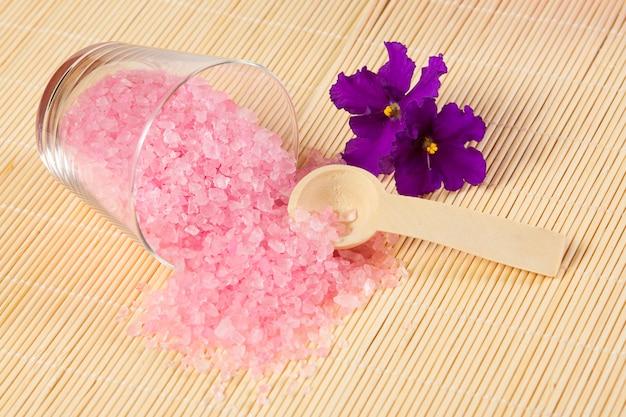 Różowa Sól Morska Do Kąpieli I łyżka Na Bambusowej Macie Premium Zdjęcia