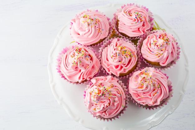 Różowe Babeczki Na Torcie Stoją Odgórnego Widok Premium Zdjęcia