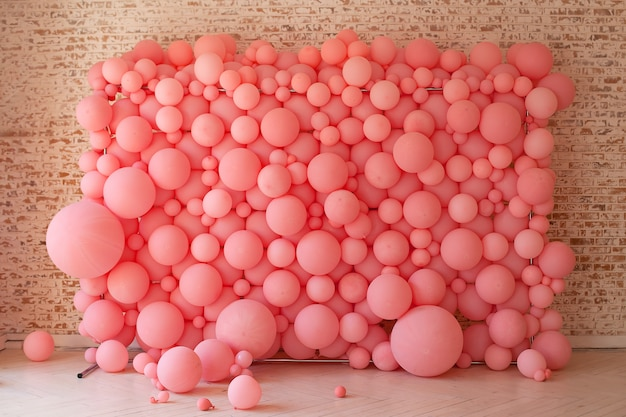 Różowe Balony, Różowe Bąbelki Piękne Urodziny Tekstury. Dekoracja ścienna Na Imprezę. Zdobiona ściana Na Wakacje. Komórki Pod Mikroskopem, Podział Makrokomórek. Zdobione Mur Z Balonów. Premium Zdjęcia