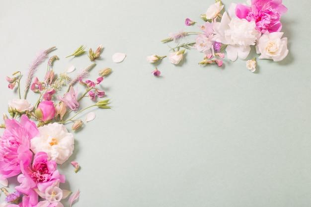 Różowe I Białe Róże Na Tle Papieru Premium Zdjęcia