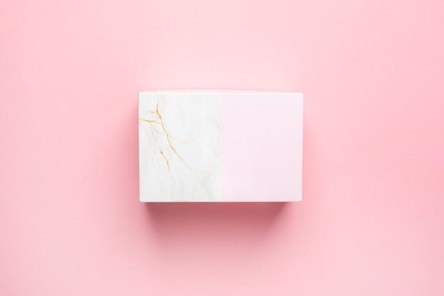 Różowe I Marmurowe Pudełko Na Prezent Na Białym Tle Na Pastelowym Różowym Tle Widok Z Góry Premium Zdjęcia
