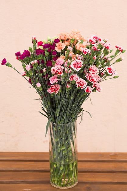 Różowe i pomarańczowe róże tło Premium Zdjęcia