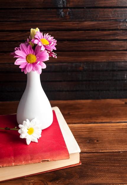 Różowe Kwiaty W Białym Wazonie Na Książki Darmowe Zdjęcia