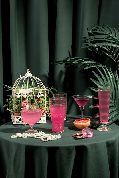 Różowe Napoje Obok Modnych Ozdób Na Stole Darmowe Zdjęcia
