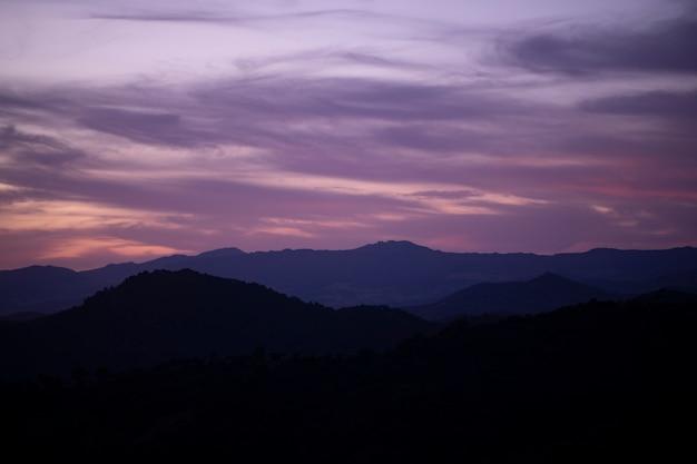Różowe Niebo Zachmurzone Z Górami Darmowe Zdjęcia