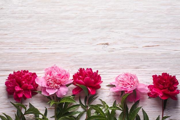Różowe Piwonie Na Szarym Drewnianym Tle. Premium Zdjęcia