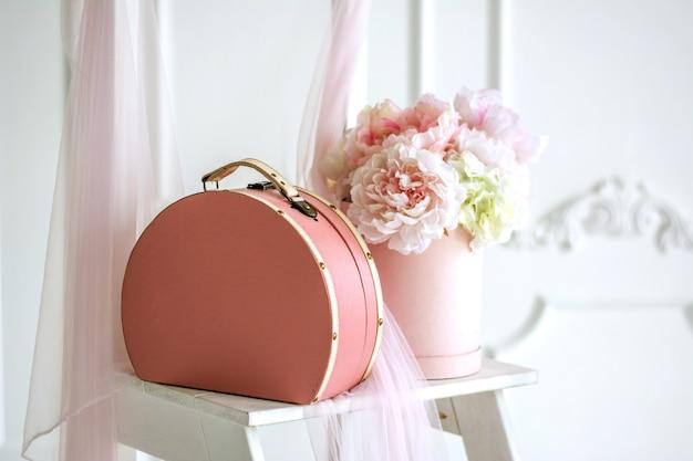 Różowe pudełko z delikatnymi różami Premium Zdjęcia