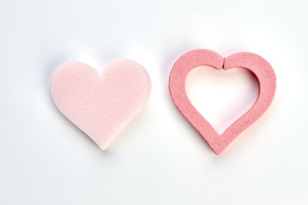 Różowe Serca Na Białym Tle. Gąbka W Kształcie Serca Na Białym Tle. Pielęgnacja Ciała I Skóry. Premium Zdjęcia