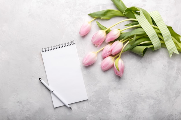 Różowe tulipany i notatnik Premium Zdjęcia