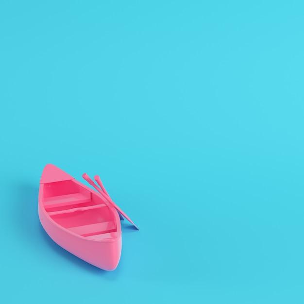 Różowy Kajak Z Wiosłami Na Jasnym Niebieskim Tle Premium Zdjęcia