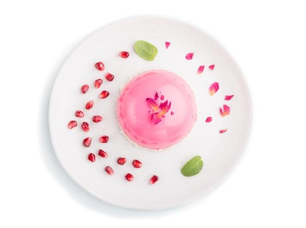 Różowy Mus Ciasto Z Truskawkami Na Białym Tle. Widok Z Góry. Premium Zdjęcia