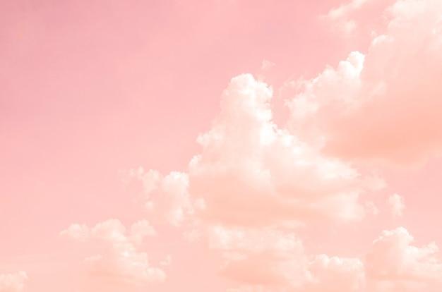 Różowy Niebo Z Białymi Chmurami Z Zamazanym Deseniowym Tłem Premium Zdjęcia