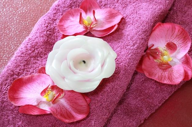 Różowy obiekt spa ze świecą Premium Zdjęcia