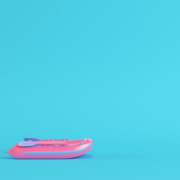 Różowy Ponton Na Jasnym Niebieskim Tle Premium Zdjęcia