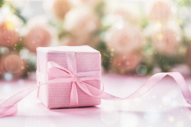 Różowy prezent lub teraźniejszości pudełka menchii tło. Premium Zdjęcia