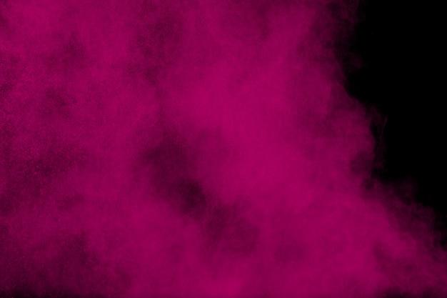 Różowy proszek eksplozji na czarno Premium Zdjęcia