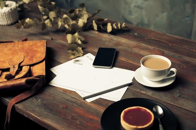 Rozpieczętowana Papierowa Koperta, Jesień Liście I Kawa Na Drewnianym Stole Darmowe Zdjęcia
