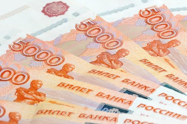 Rozrzucanie pięciu tysięcy banknotów w rosji Premium Zdjęcia