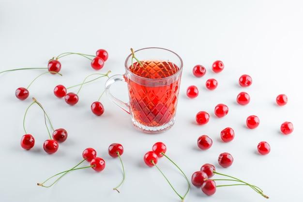 Rozrzucone Wiśnie Z Herbatą, Wysoki Kąt Widzenia. Darmowe Zdjęcia