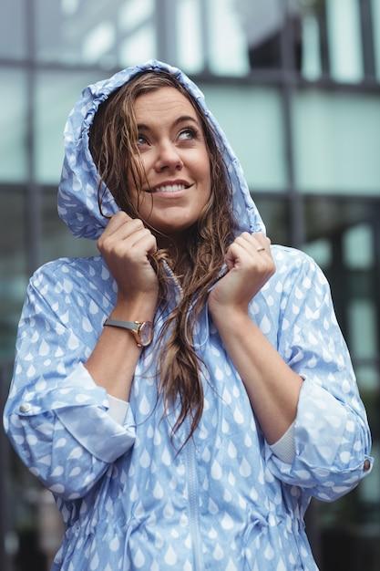 Rozważna Piękna Kobieta Jest Ubranym Windcheater Darmowe Zdjęcia