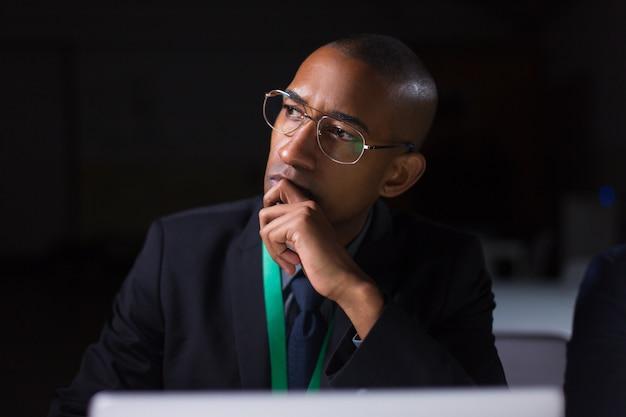 Rozważny Kierownik Pracuje W Biurze Późno W Nocy Darmowe Zdjęcia