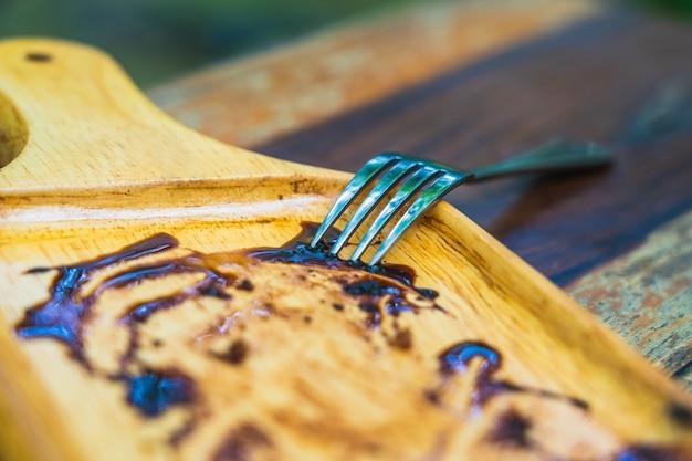 Rozwidlenie Na Pustym Drewnianym Talerzu Czekoladowego Torta Premium Zdjęcia