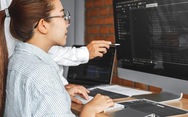 Rozwijanie Zespołu Programistów Odczytujących Kody Komputerowe Strona Rozwoju Premium Zdjęcia