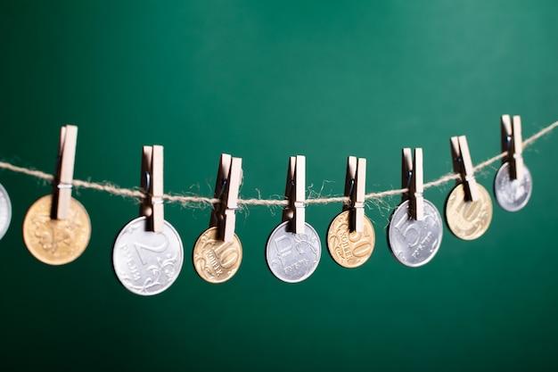 Rubel Rosyjski Wiszące Na Drewnianych Spinaczy Do Bielizny Premium Zdjęcia