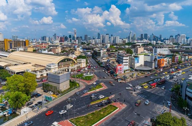 Ruch drogowy przy hua lamphong skrzyżowaniem i hua lamphong stacją kolejową w bangkok, tajlandia Premium Zdjęcia