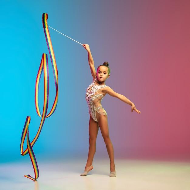Ruch. Mała Dziewczynka Kaukaski, Gimnastyk Szkolenia, Wykonywanie Na Białym Tle Darmowe Zdjęcia