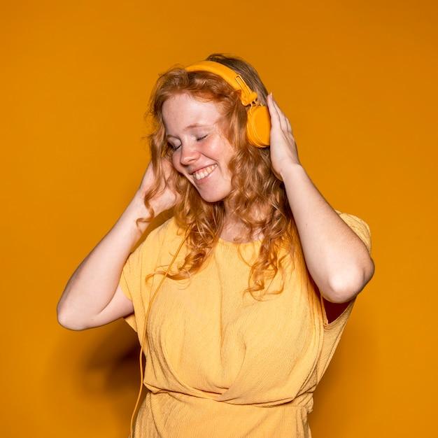 Ruda Kobieta, Słuchanie Muzyki Darmowe Zdjęcia
