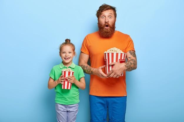 Rudowłosa Córka I Ojciec Jedzą Popcorn Darmowe Zdjęcia