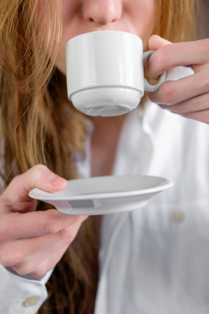 Rudzielec Kobieta Pije Kawę W Białej Koszula, Zamyka Up Premium Zdjęcia