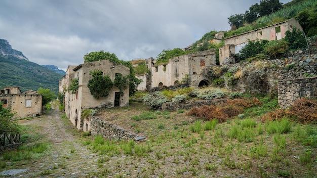 Ruiny Opuszczonego Miasta Duchów Gairo Vecchio, Sardynia, Włochy Premium Zdjęcia