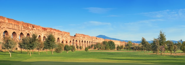Ruiny Starożytnego Akweduktu Na Appia Way W Rzymie, Włochy Premium Zdjęcia
