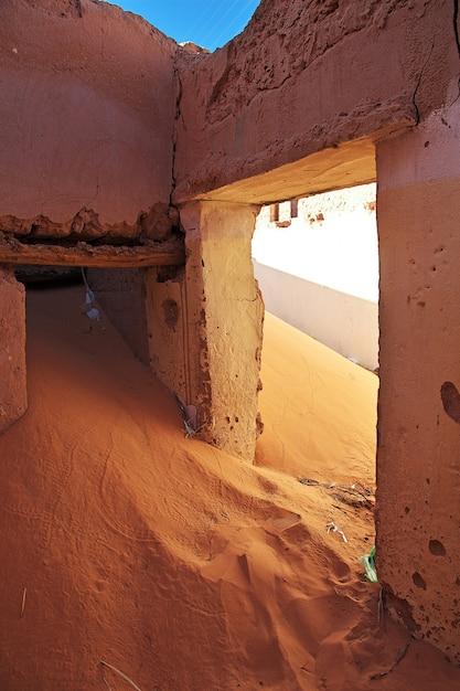 Ruiny twierdzy w opuszczonym mieście na saharze Premium Zdjęcia