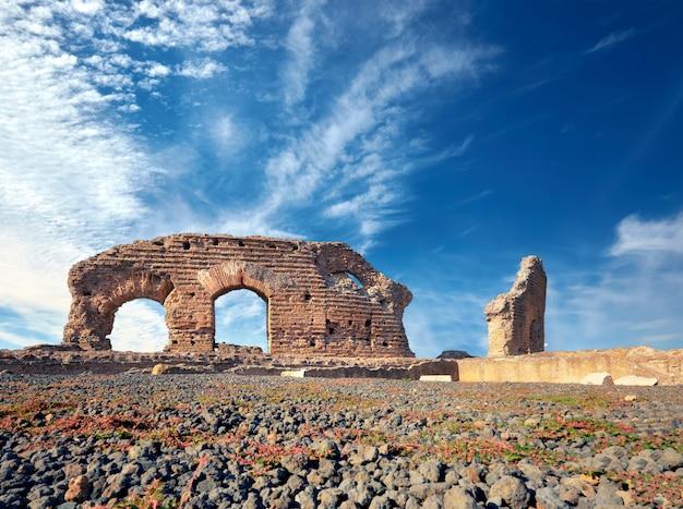 Ruiny Villa Dei Quintili. Rzymski Krajobraz Nad Appia Way W Rzymie Premium Zdjęcia
