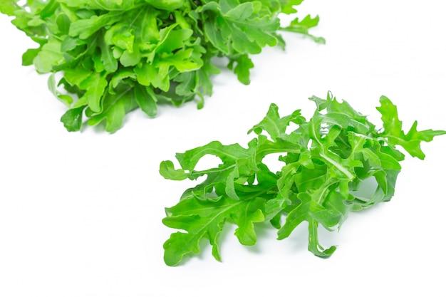 Rukola lub rukola, sterty, liście sałaty, na białym tle Premium Zdjęcia
