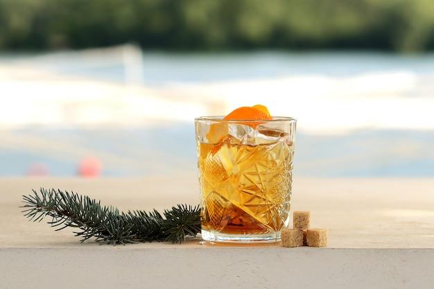 Rum w szklance z lodem i skórką pomarańczową Premium Zdjęcia