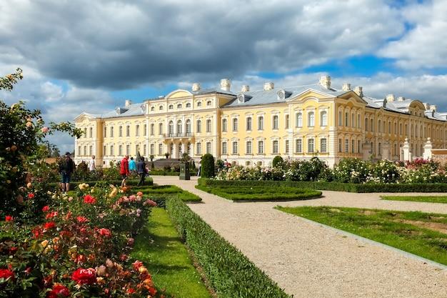 Rundale, łotwa - Lipiec 2017: Pałac Rundale Zbudowany W Stylu Barokowym W Pilsrundale, łotwa Premium Zdjęcia