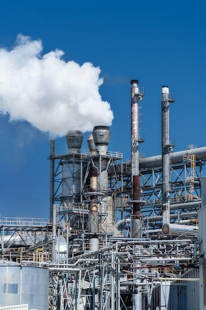 Rury Z Fabryki Przemysłowej Emitujące Dym Premium Zdjęcia
