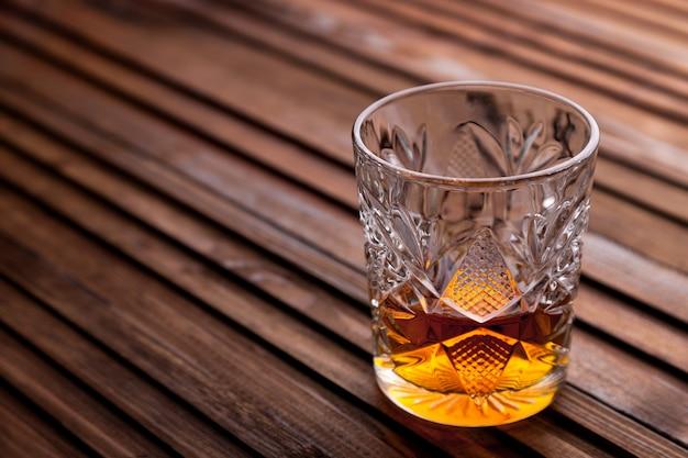Rustykalne martwa natura z whisky i przekąskami. Premium Zdjęcia