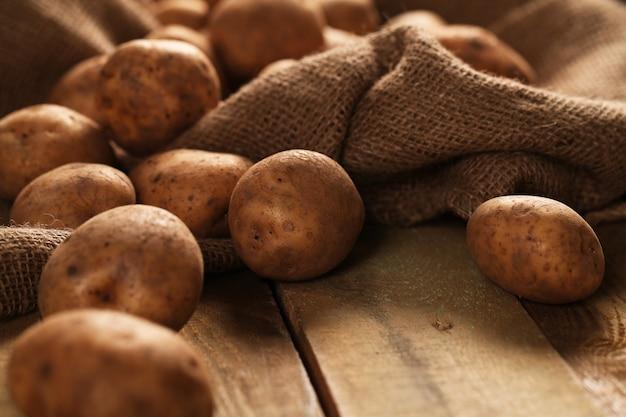 Rustykalne Nieobrane Ziemniaki Na Biurkach Darmowe Zdjęcia