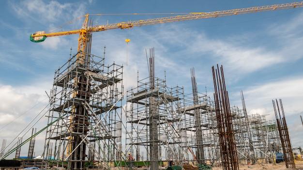 Rusztowanie i dźwig wieżowy na budowie Premium Zdjęcia